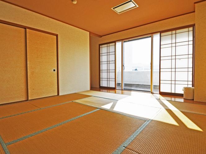 【和洋室メゾネット(海側)】4階和室10畳 山側に面しています