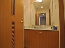 【洋室(海側)】独立した広めの洗面所です。