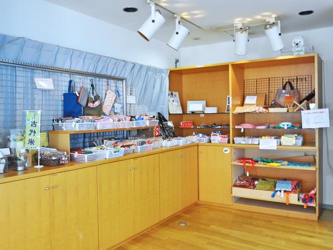 【売店】お土産の他、お菓子、お飲み物なども販売しております
