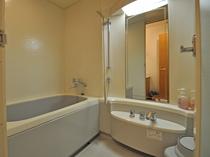 【洋室(海側)】バストイレ独立型で洗い場もございます。
