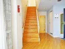 【和洋室メゾネット(海側)】3階リビングと4階和室をつなぐ階段