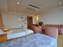 【洋室(海側)】正ベッド3台とソファーベッドで最大4名様でご利用いただけます。