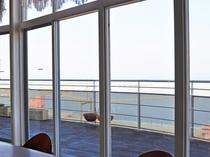 【レストラン】大きな窓から大阪湾が一望できます