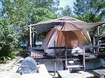 海族塾のキャンプ、窓から海の見える高床式の涼しいテントです。