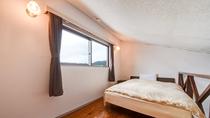 *本館2階【4号室】角部屋ダブル/ロフトにあるダブルベッド