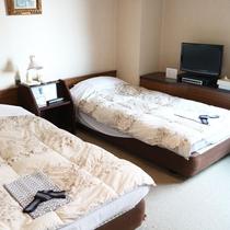 *【和洋室一例】シングルとセミダブルのベッドとなります。