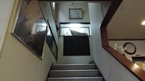 *【館内一例】2階に上がられる際は階段をご利用ください