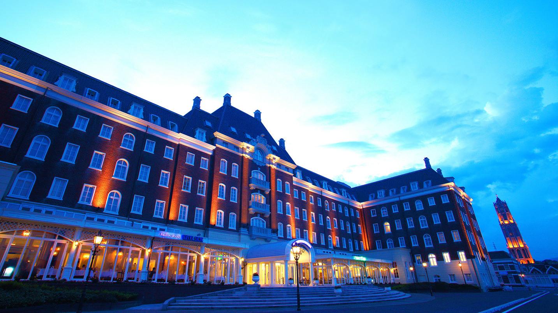 ライトに照らされた夜のホテル外観は幻想的な空間を作り出します◇海側外観