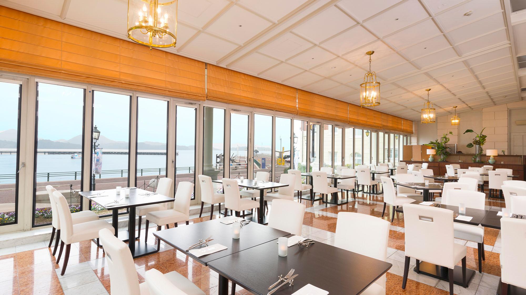海を望めるオーシャンビューレストランで優雅にお食事を。レストラン『エクセルシオール』