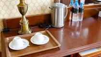 ミネラルウォーター、湯沸かしポット、カップも客室に用意しております