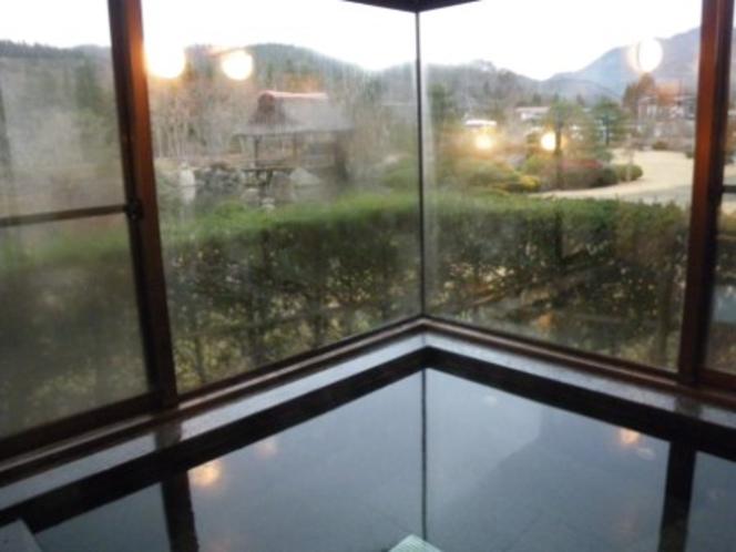 浴室からの風景。浴室の窓から庭が見え、露天風呂気分が味わえます。