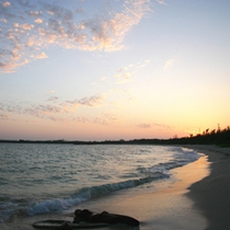 *【周辺】日本の渚100選に選ばれている渡口の浜からの夕日。
