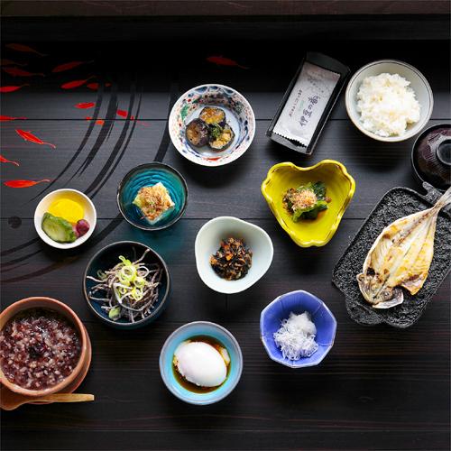 自家源泉の温泉がゆ&小鉢たっぷり朝食
