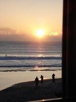 窓から見える日の出