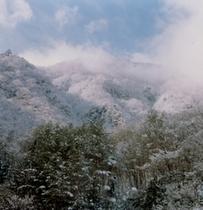 雪化粧をまとった山々