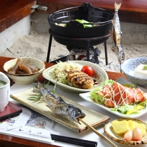 夕食全体の一例♪囲炉裏を囲んで、山国料理を堪能して下さい。