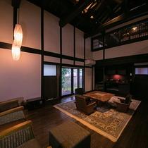 【お部屋一例】シーリングファンが備えられた、解放的な空間