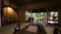 【露天風呂付き離れ・和洋室】20帖ほどの広さを誇るオープンテラスは、開放感に浸れます。