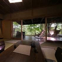 【野崎の棟】20帖ほどの広さを誇るオープンテラスには、リビングセットが置かれ、開放感に浸れます。