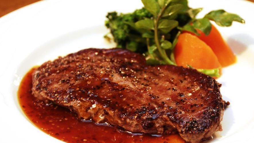 【夕食一例】丁寧に焼き上げたステーキは、頬張れば肉汁が染み出ます!