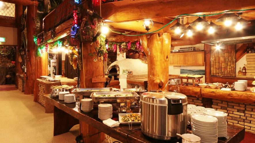 【食堂】広々とした木のぬくもりを感じる食堂で、お食事をどうぞ。