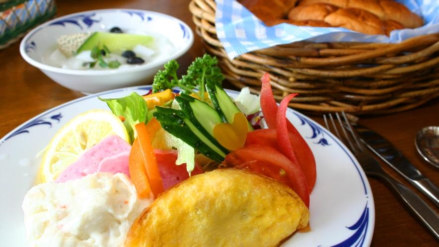【朝食全体】新鮮な野菜と栄養満点の朝食で、1日のエネルギーチャージ!