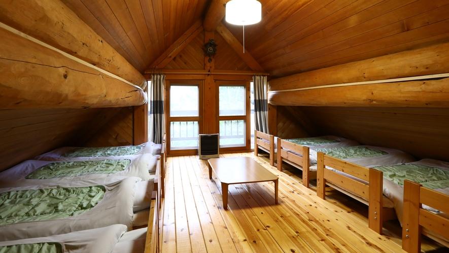 【F棟】ベッドルーム 8台並んだベッドで学生旅行気分