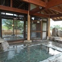 ■露天風呂からは八方尾根をバックに白馬三山の眺めを楽しめます(みみずくの湯)