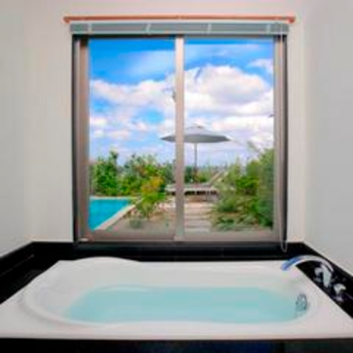 *【月桃】開放感いっぱいのバスルーム。海と空を眺めながら至福のバスタイムをお過ごしください。