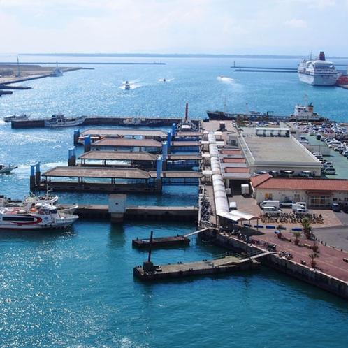 **石垣島から竹富島や西表島、波照間島などの離島へ向かう高速船の玄関口。売店や食事も充実