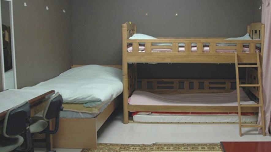 ・207号室 16畳の空間にベッドやデスク、ローテーブルのある快適な客室です!