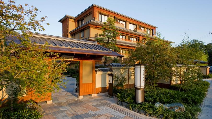 【外観】阪急嵐山駅から徒歩1分。京都観光に便利なロケーション