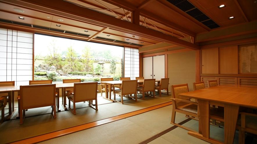 食事場所「北山游水」お庭を眺める間仕切りのないお席タイプもございます。(桂茶屋)