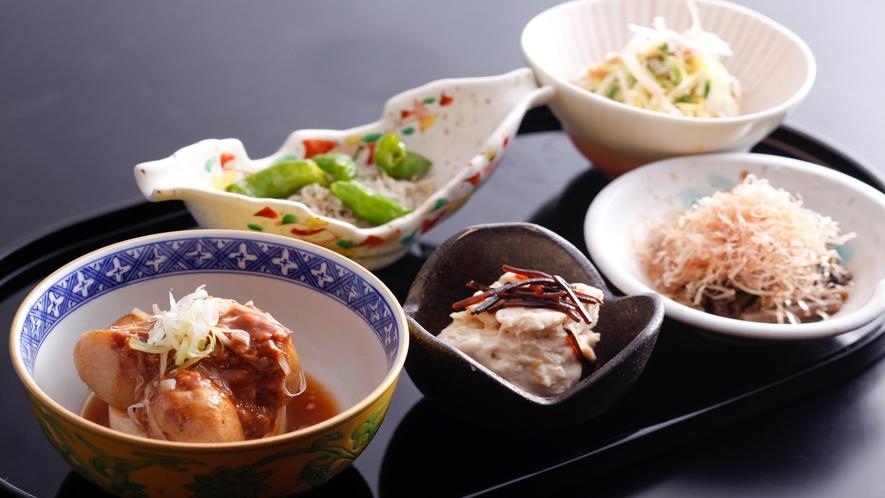 """【夕食】京のおばんざいイメージ。京らしい""""汲み上げ湯葉""""等おかわり自由です♪"""