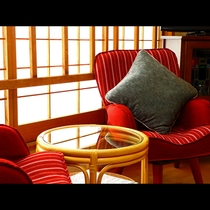 【和室12畳(禁煙)】レトロ風な椅子はお気に入りの場所になってしまいます