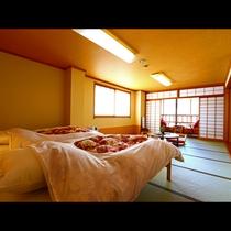 【湯畑側/和室14畳(禁煙)】総ヒノキの布団ベットでぐっすりお休みください