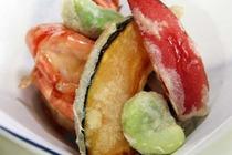 【ご夕食 一例】・・・はまゆう荘夕食お膳プラン ≪海老と季節野菜の揚げ物≫