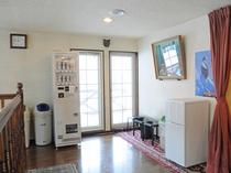 【2階共用スペース】アルコール自販機、共同の冷蔵庫を設置しております