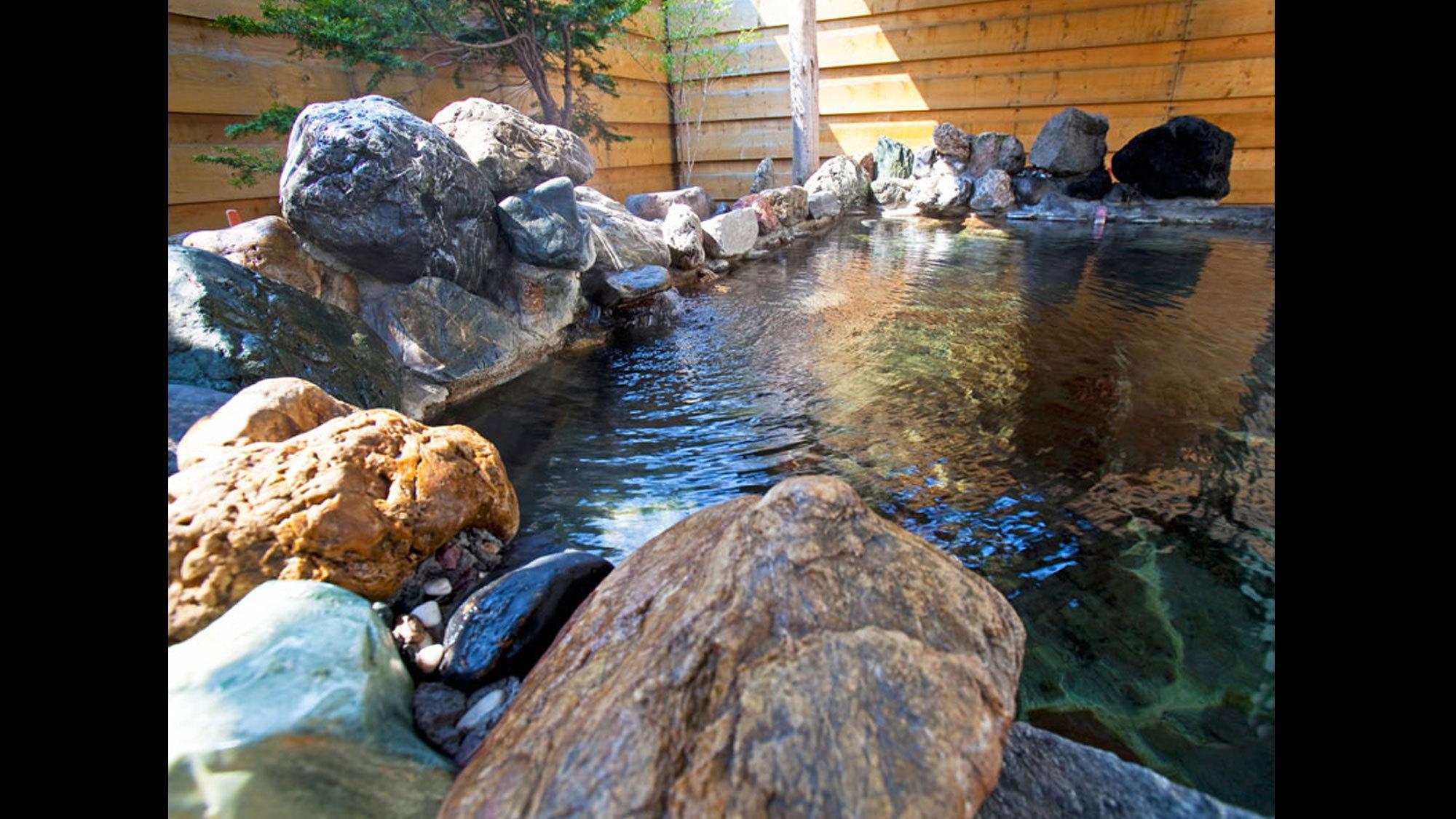 【露天風呂】お肌がつるすべになると評判のナトリウム塩化物泉です。