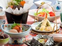 【夕食一例<スタンダードプラン>】彩り豊かなご夕食をお楽しみ下さい。