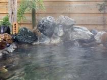 【温泉・露天風呂】源泉かけ流しの天然石を用いた自慢の露天風呂です。