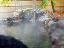 【温泉・露天風呂】露天風呂は浸かれば思わず声の出る癒しのひと時。