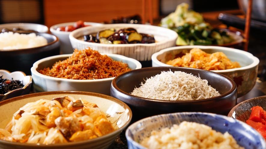 ご朝食は和風ブッフェでお好きなものをお召し上がり下さい ≪料理イメージ≫