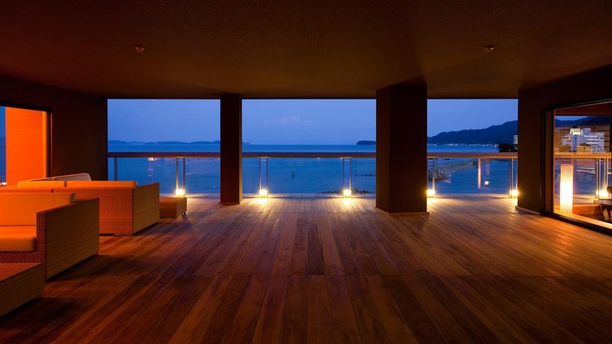 ≪渚テラス≫ウッドデッキをすすむと目に飛び込むのは一面の海と空のダイナミズム