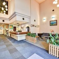 *【施設】開放的なロビー&フロントです。長期滞在やリピーター様も多数