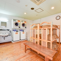 *【男性専用風呂】7階展望風呂内脱衣場にコインランドリーもございます(有料)