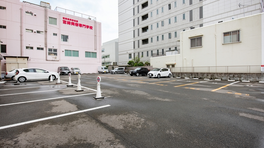 *【施設】ご宿泊者専用駐車場。(普通車 500円税別/泊)(2トン車以上 2000円税別/泊)
