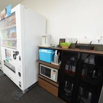 【ロビー】フロント向かい側には自動販売機・歯ブラシ・お湯・氷・電子レンジをご用意。(セルフサービス)