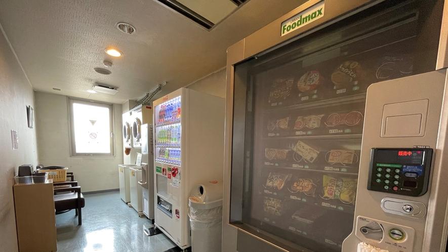 【自動販売機】※アルコール類は1階のみ、スナック・軽食は4階にございます。