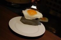 朝食 目玉焼き 鉄板で焼いてお出しします